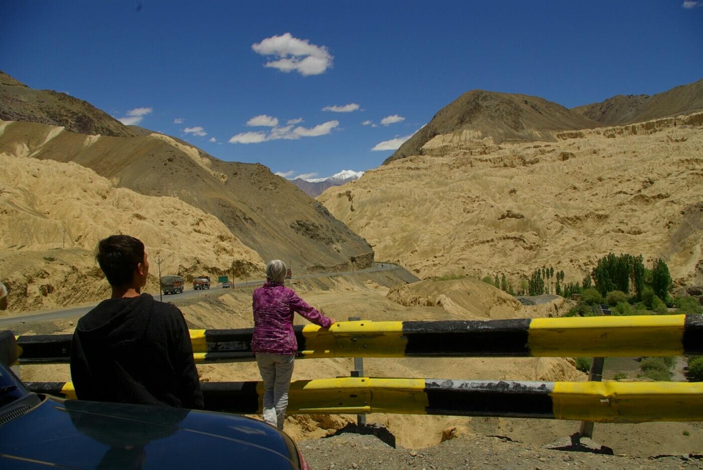 Unterwegs nach Wakha: Verschieden gefärbte Gesteinsformationen.