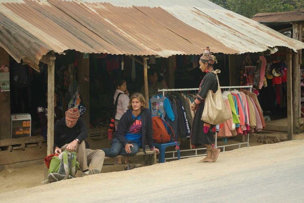 Endstation, ein Dorf im Tal. Warten auf der Bus.