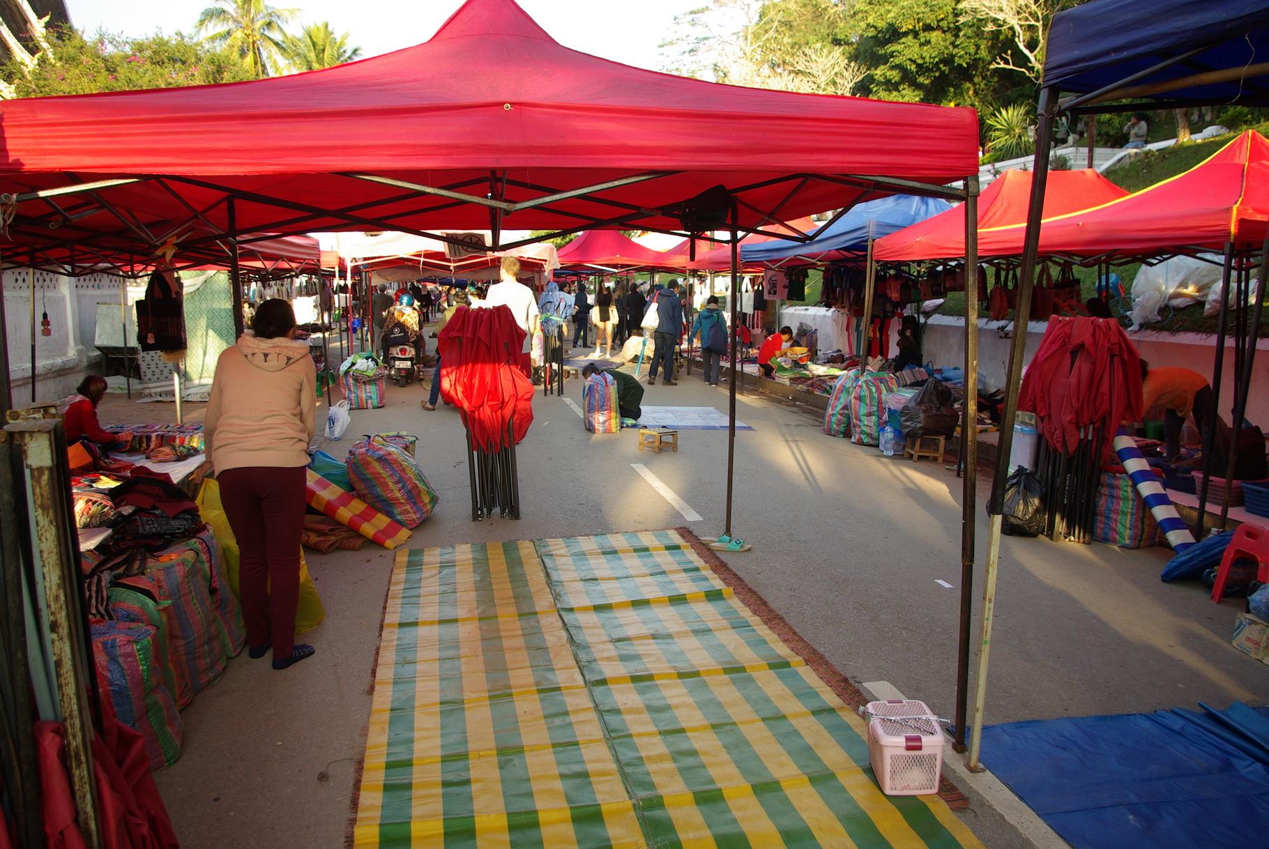 Die Waren werden auf Planen und Decken ausgebreitet