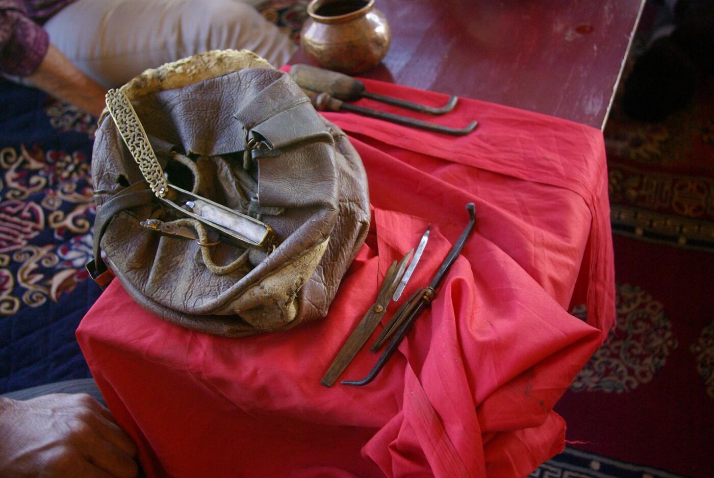 Amchi: Instrumente und Instrumententasche