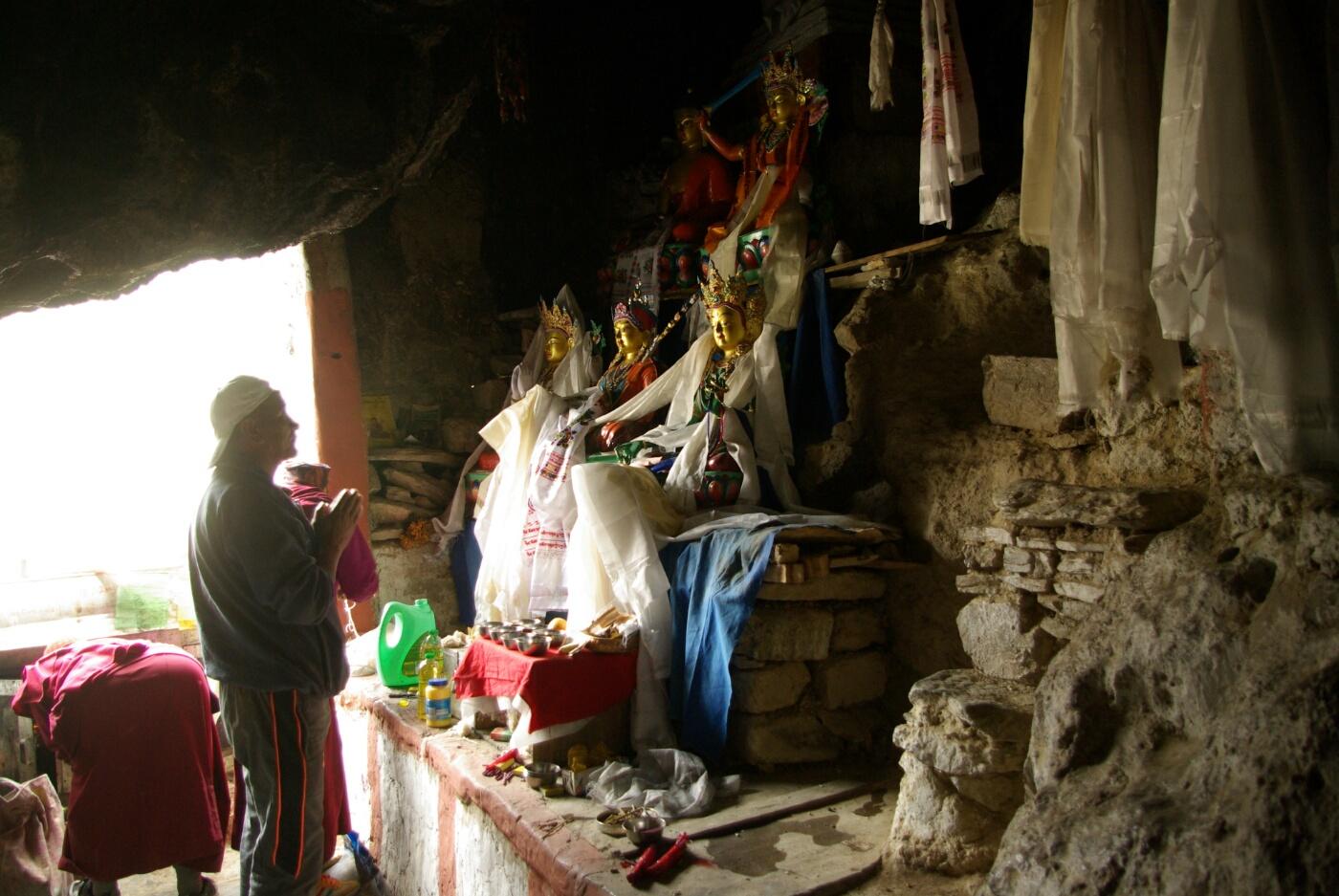 Phokar, Padmasambhava: Opfer werden dargebracht