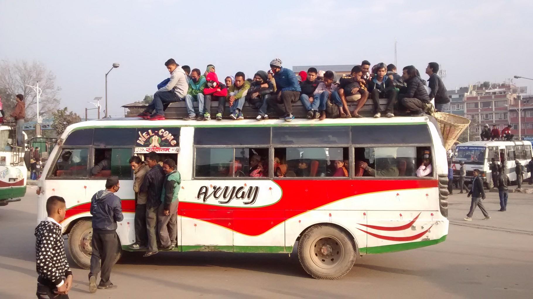 Durch die Treibstoffknappheit bedingt sind viele Menschen auf den Bus angewiesen