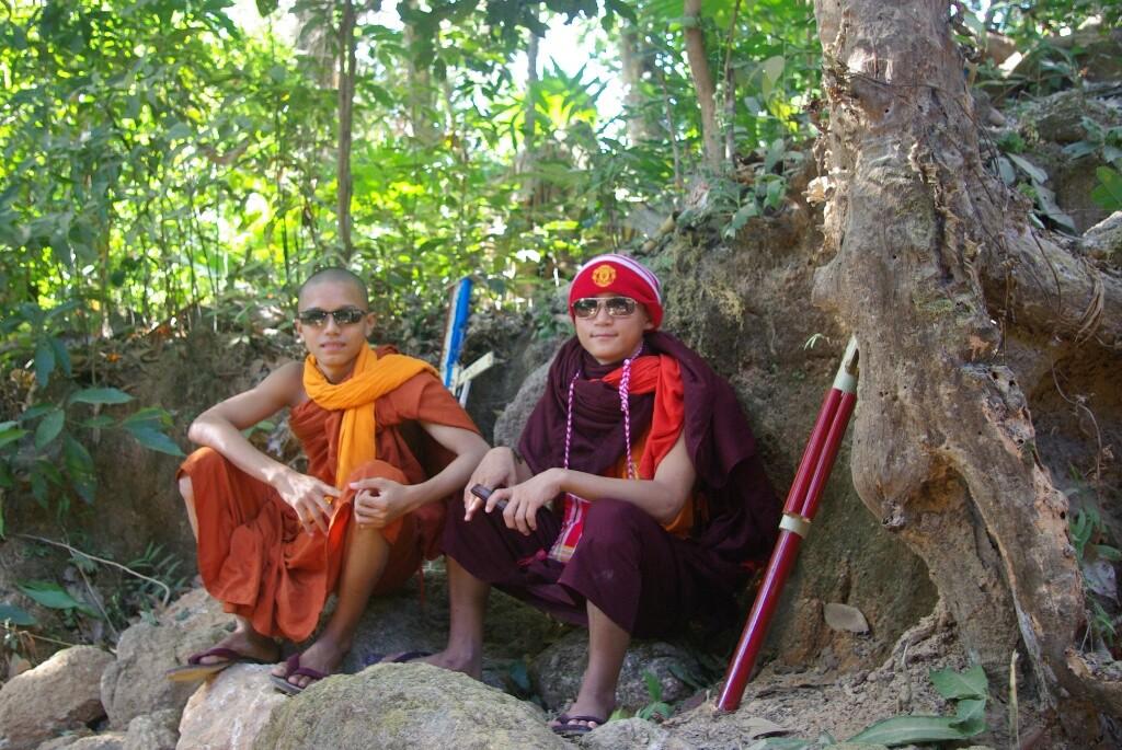 Für das Foto setzen beide ganz schnell die Sonnenbrille auf. Ihre Souvenirs: Maschinengewehre aus Bambus, sehr beliebt hier.