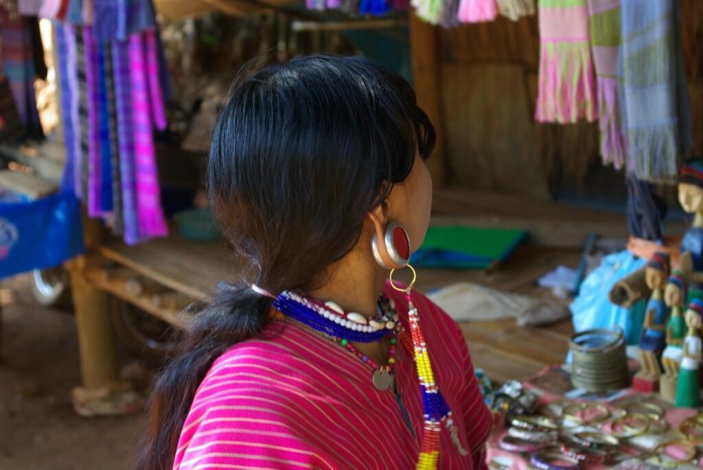 Frauen dervPalong tragen großen Ohrschmuck in den Ohrläppchen.