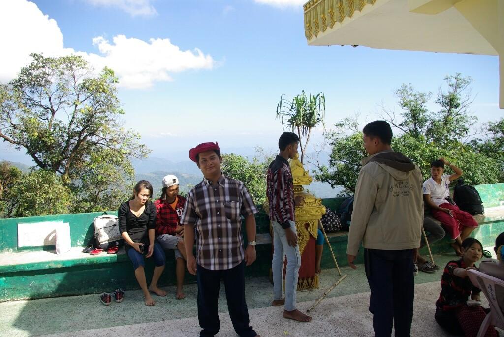 Aung Thu Linn, mit Hut, und einige seiner Studenten.