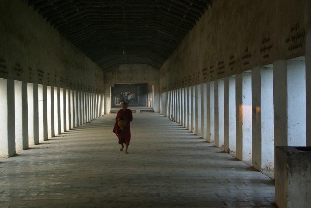 Ein langer Säulengang führt zur Shwezigon-Pagode.
