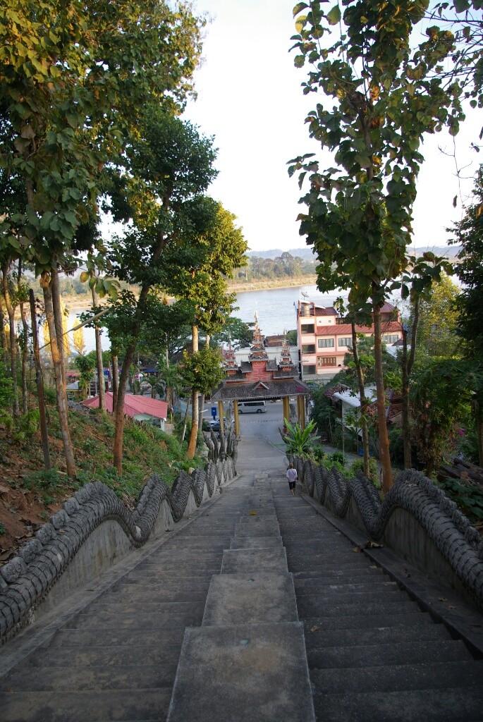 Eine lange Treppe, denn auf dem Berg steht natürlich eine Pagode.