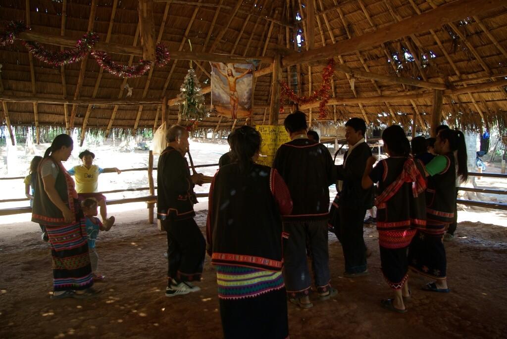 und Tänze für die Touristen.