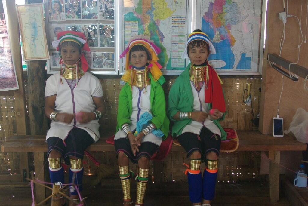 Drei Padaungfrauen mit ihrem ungewöhnlichen Messingschmuck.