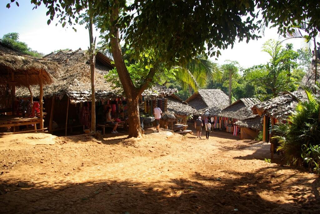 Die Dorfstraße ähnelt eher einem Bazar.....