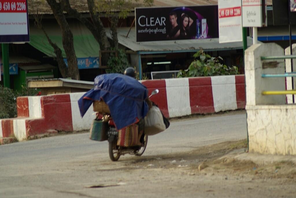 Man sollte nicht glauben, was alles auf ein Moped gepaxkt werden kann.