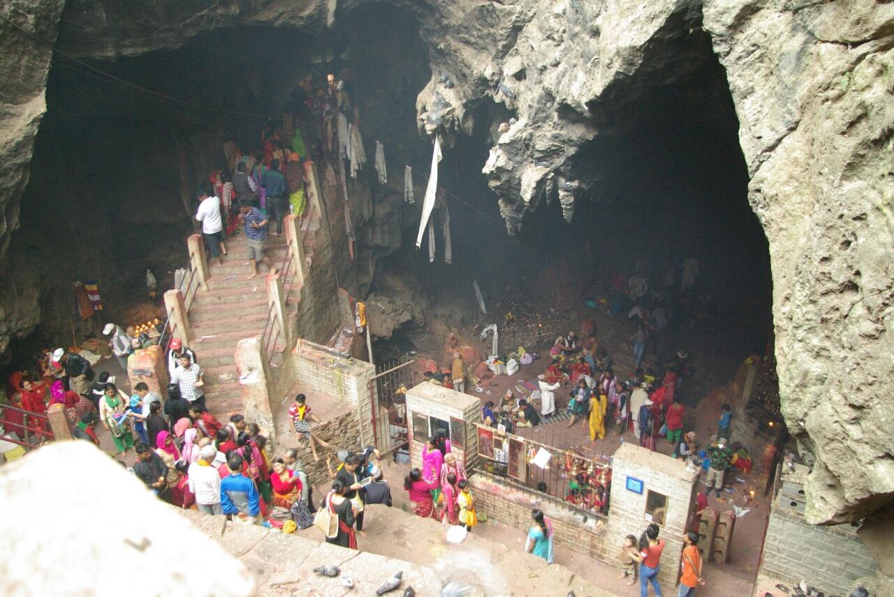 Buntes Treiben in der Grotte