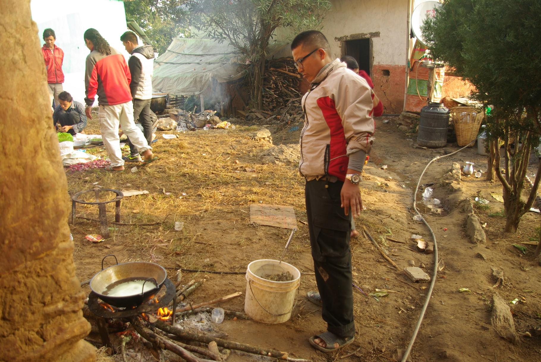Shyam frittiert die kleingeschnittenen Därme.