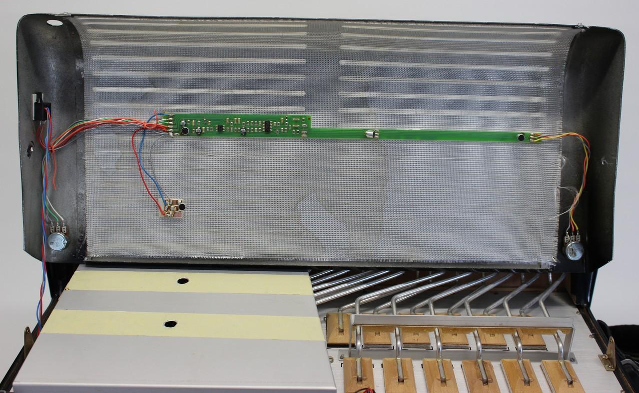 Schraubenlose Montage der Elektonik und der Mikofonkapseln hinter dem Diskantverdeck