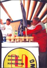 Dieter Schmidt (links) und Ernst Eicke  zapften Bier, auf dem Wagen des Uetzer Rings, für die Teilnehmer des Umzuges