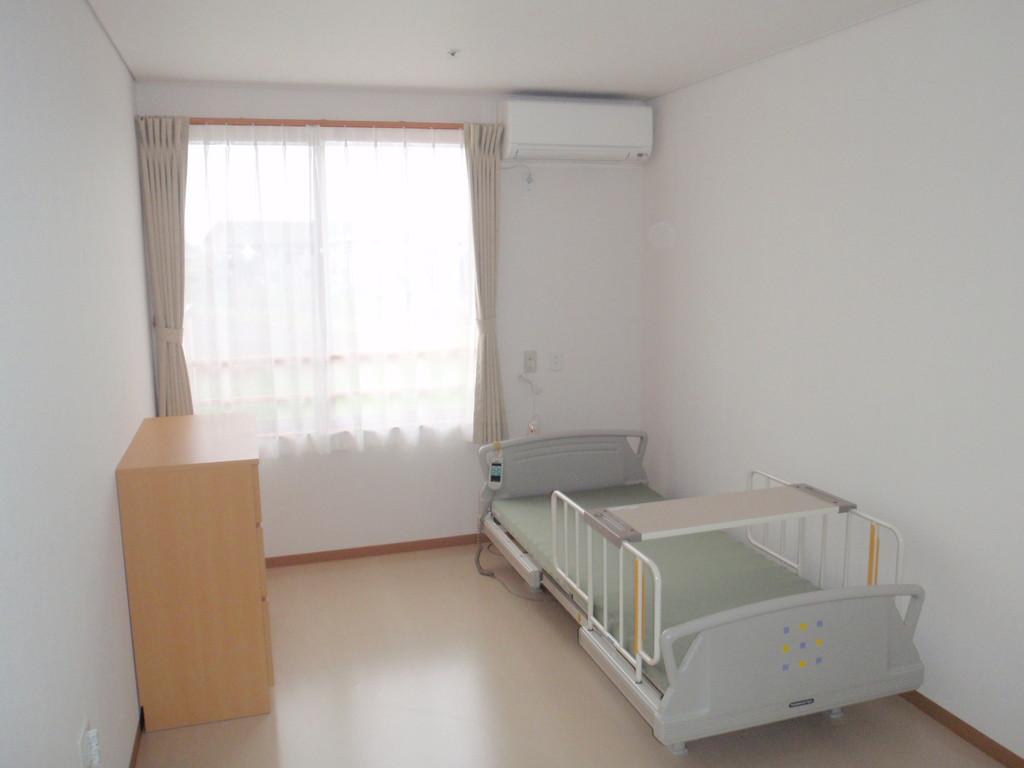 居室は約8畳、電動ベットとチェスト付