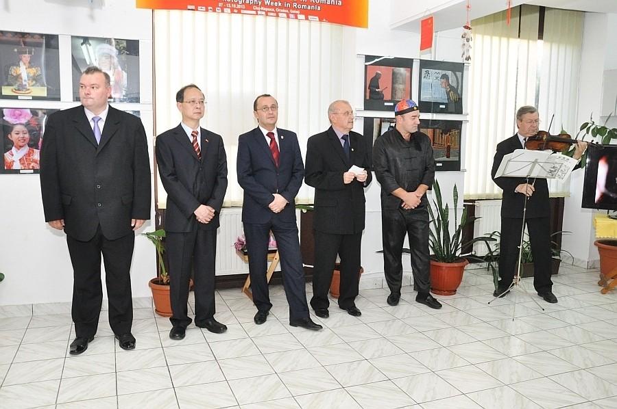 Ovi D. Pop és Tóth István AFIAP csoportos kiállításának megnyitója a megnyitója a Kínai Fotográfiai Hét keretén belül a Nagyváradi Euro Foto Art Galériában 2013 október 8-án