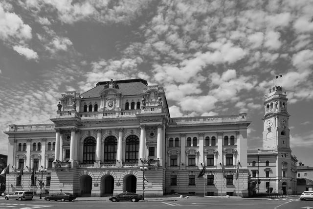 Petrila Gheorghe EFIAP (RO) - Primăria cu nori_Városháza felhőkke