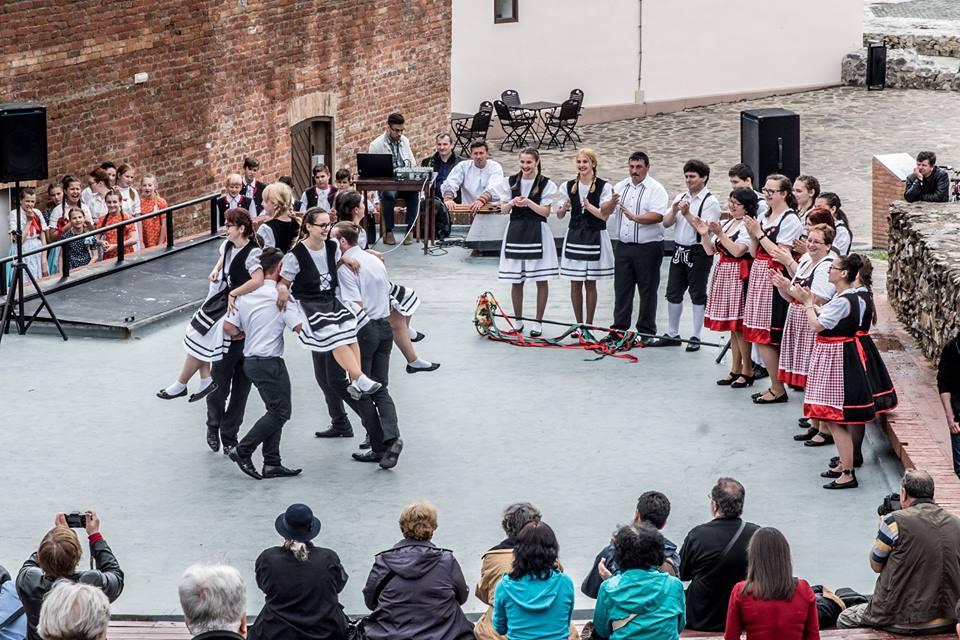 Fotóalkotói mühely a nyári szinház szinpadán (német népi tánc)