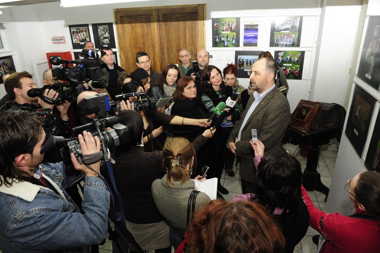Vernisaj la Oradea, în mijloc ministrul Culturii Kelemen Hunor