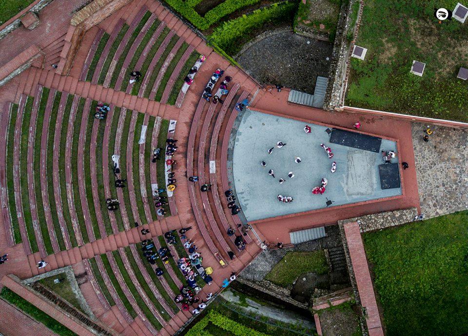 Fotóalkotói mühely a nyári szinház szinpadán (magyar népi tánc)
