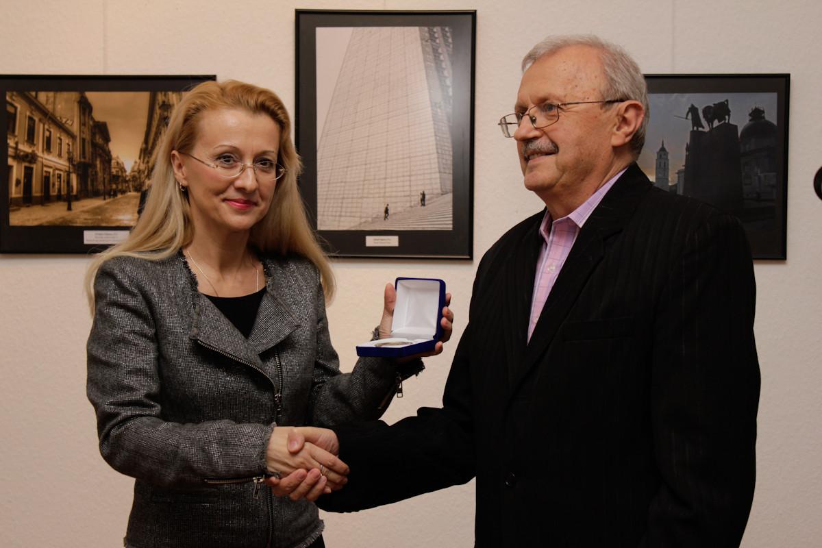 Doamna Gabriela Matei directorul Institutului Cultural Român din Budapesta, premiată în cadrul vernisajului
