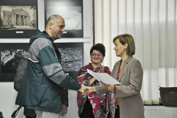 Artistul fotograf  Gavril Mertz  este felicitat de doamna viceprimar Bíró Rozália