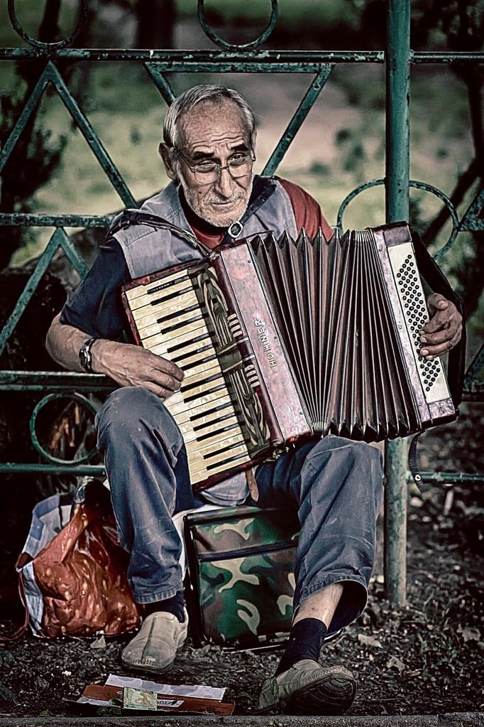 Plaket-Filipescu Christian (RO) - Street singer/Muzicantul străzii/Utcai zenész