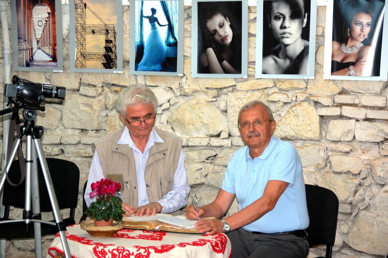 Az első Partnerségi protokollum aláírása Essig József fotóművész, a Kolozsvári Stars Fotóklub elnökével, 2013 július 5-én