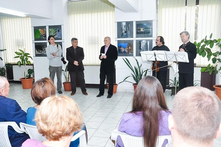 A Nagykárolyi Vasile Vénig László Fotóklub  kiállításának megnyitója az Euro Foto Art Galériában 2013 november 22-én