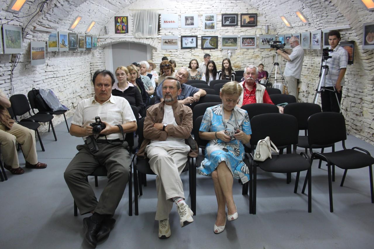A Német Fotóművészek kiálltásának megnyitója az Europai Fotográfiai Fesztivál keretén belül a Kolozsvári Stars Galériában 2013 május  10-én