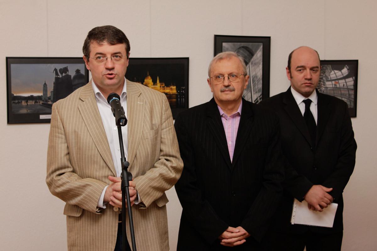 Excelenţa Sa  Victor Alexandru Micula, ambasadorul  României în Ungaria şi artiştii fotografi Ştefan Tóth AFIAP şi Ovidiu Pop