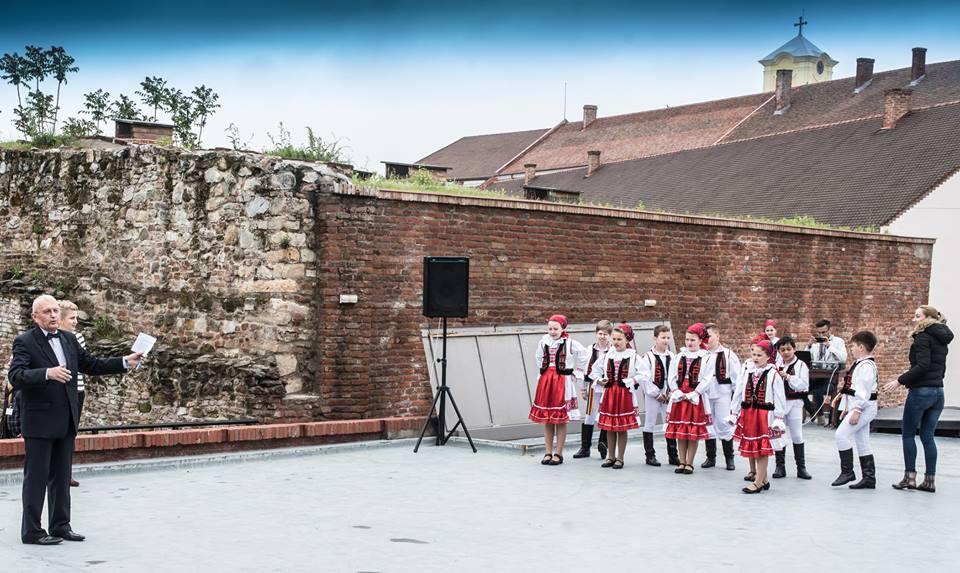Fotóalkotói mühely a nyári szinház szinpadán (román népi tánc)