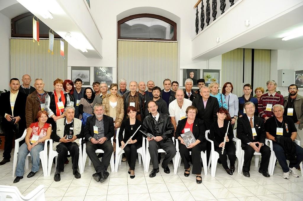 A Bihar- Hajdu Bihar Eurórégió fotóművészek kiállításának megnyitója a Nagyváradi Euro Foto Art Galériában 2013 október 18-án