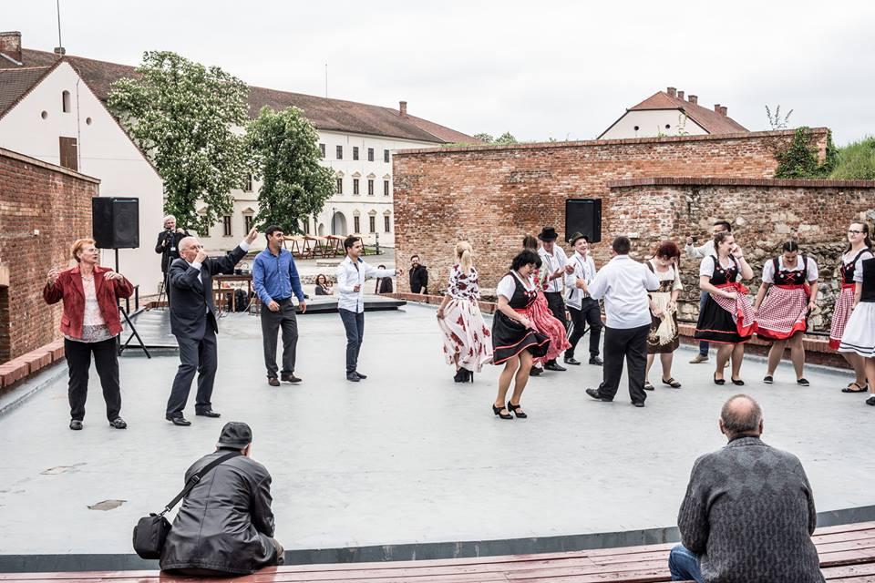 Fotóalkotói mühely a nyári szinház szinpadán (cigány népi tánc)