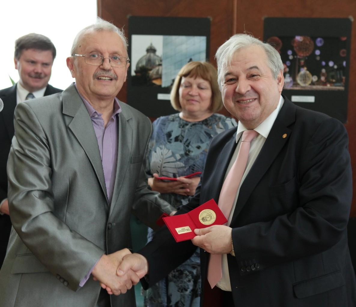 Dr Valeria Matei kitüntetése a Kisinyovi Nemzeti Könyvtárban megnyitott Európai Fővárosok Nemzetközi Kiállítás meggnyitója alkalmából 2013 május 30-án