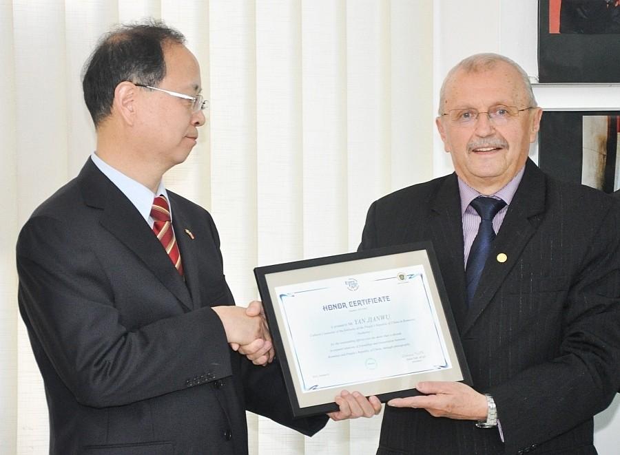 Yan Jianwu Kínai Romániai Nagykövetségének kúlturális ataséjának kitüntetése a Nagyváradi Euro Foto Art Galériában 2013 október 8-án