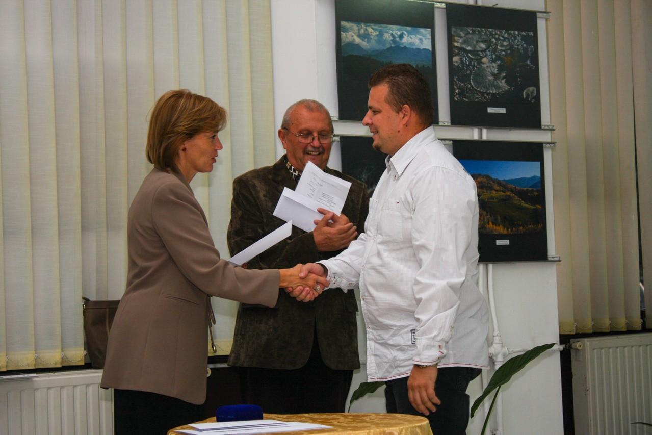 Premiat Cristian Cacuci este felicitat de doamna viceprimar Bíró Rozália