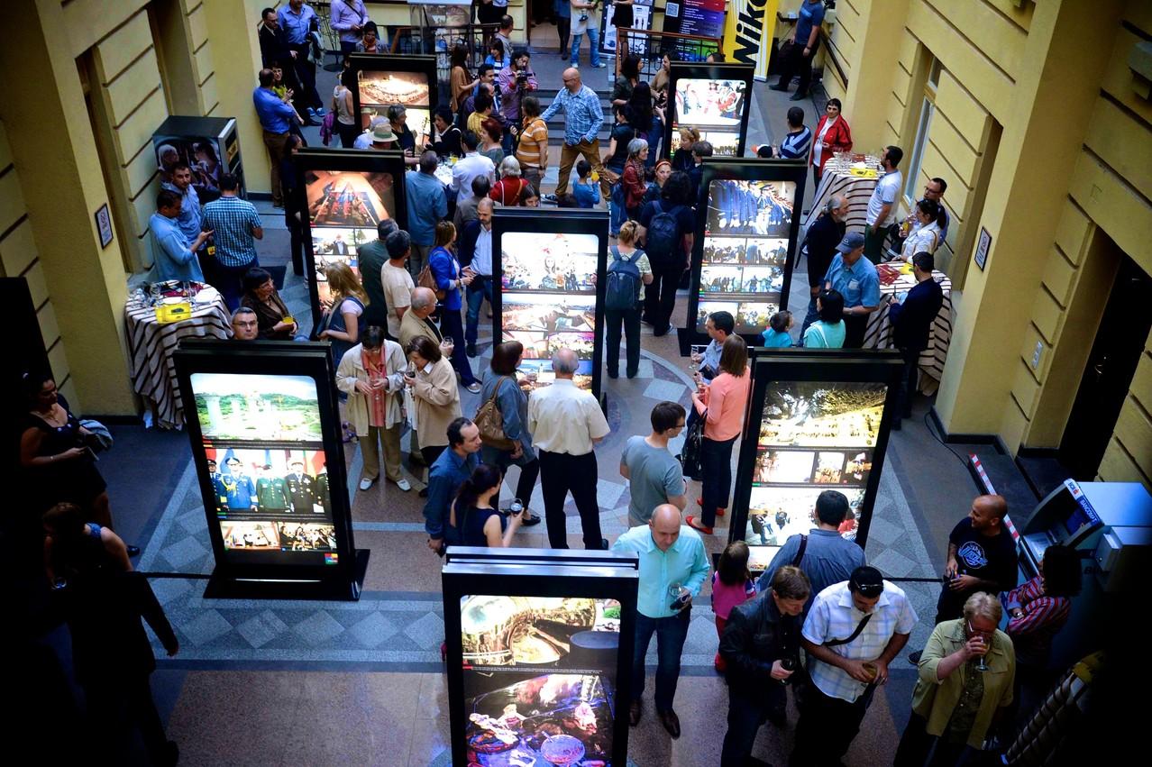 A nagyszebeni Focus Fotóklub 2012-es Retrospektív kiállításának megnyitója  a Polgármesteri Hivatal Udvar Galériájában 2013 május  16-án