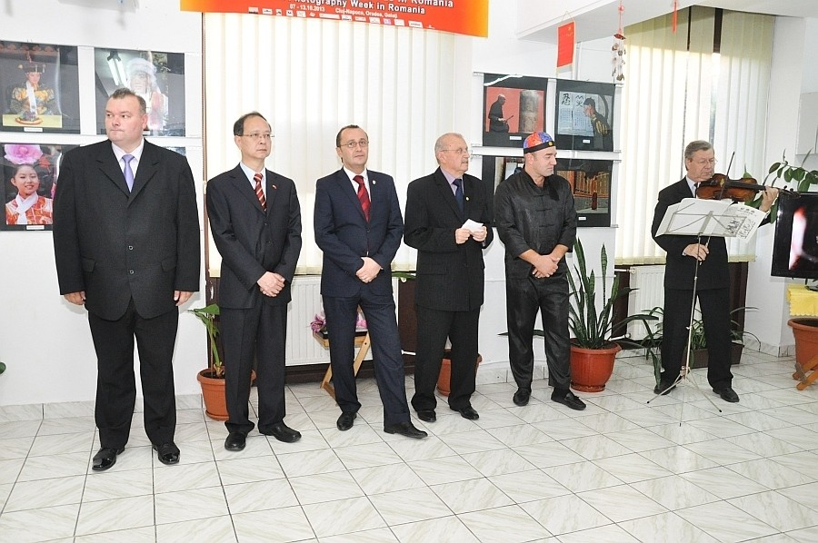Vernisajul expo Impresii din China ale autorilor Ovi D. Pop - Ştefan Tóth AFIAP vernisată în cadrul Săptămânii Fotografiei Chineze în România - 08 octombrie 2013, în Galeria Euro Foto Art