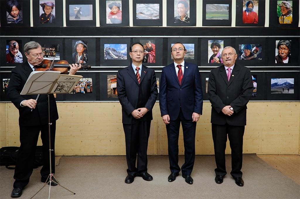Tóth István AFIAP fotóművész 4 X Kína gyűjteményes kiállításának ünnepélyes megnyitója a Kínai Fotográfiai Hét keretén belül a Nagyváradi Studió Galériában 2013 október 8-án