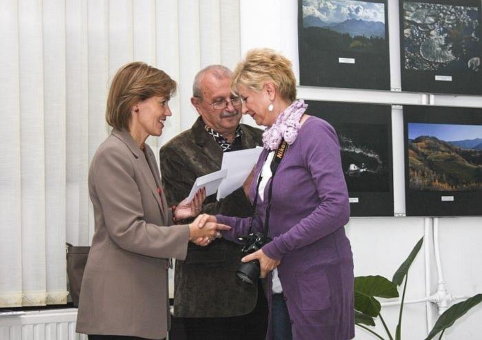 Premiata Adela Lia Rusu este felicitată de doamna viceprimar Bíró Rozália