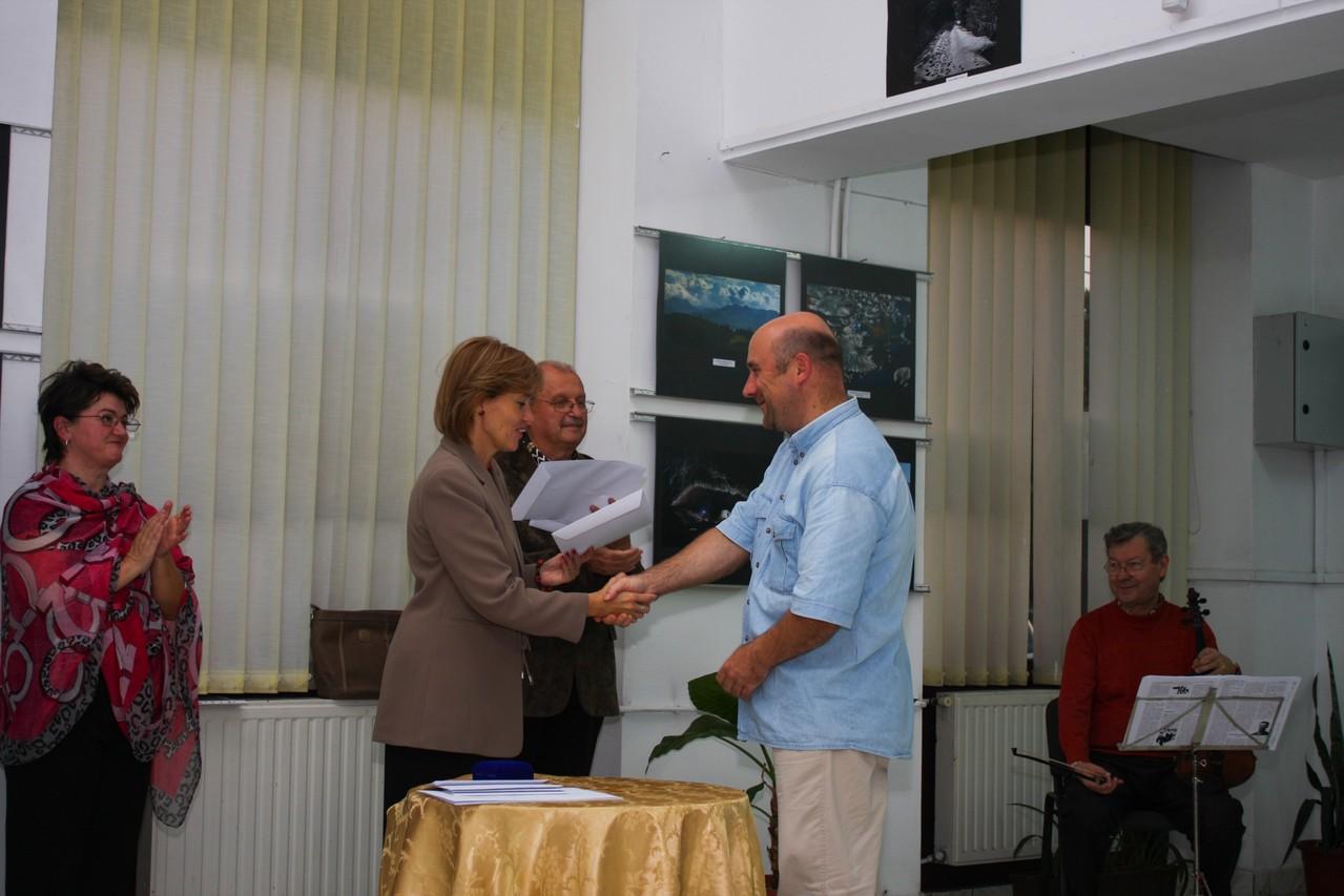 Premiatul Claudiu Szabó EFIAP din Oradea este felicitat de doamna viceprimar Bíró Rozália