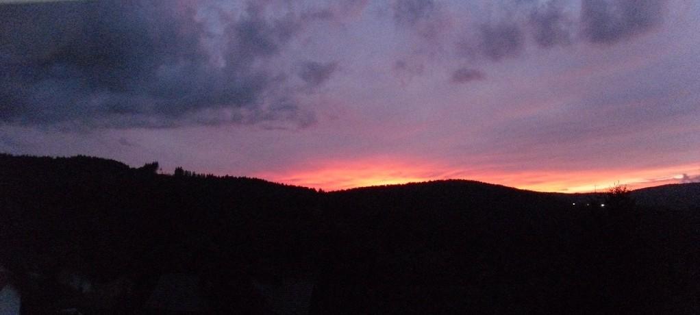 Sonnenuntergang auf Blick zum Hausberg Lusen von Wohnbereich ihrer Unterkunft aus