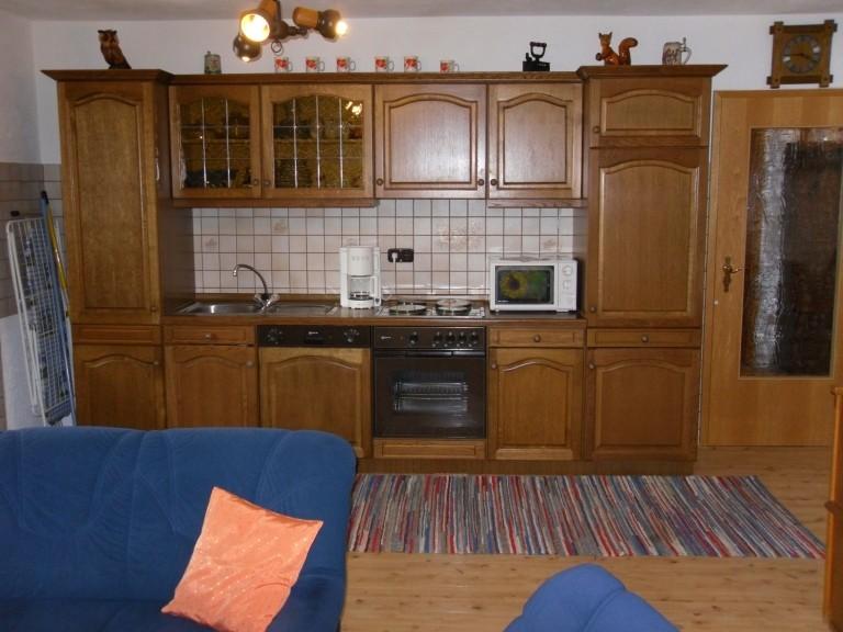 Komplett eingerichtete Kochzeile mit 4 Kochplattenherd mit Backofen,Spülmaschiene und Kühlschrank mit *** Gefrierfach