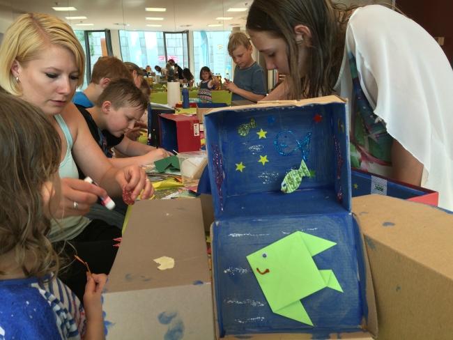 ART: Es werden kleine Aquarien für Fische und andere Meeresbewohner gestaltet