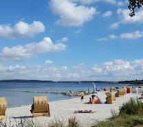 Strandkorb zum relaxen und Sonne für die Schönheit und Sand zum Chillen