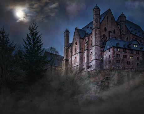 Burg bei Nacht als mögliche Kulisse für ein einmaliges Party Erlebnis zum Teenagergeburtstag