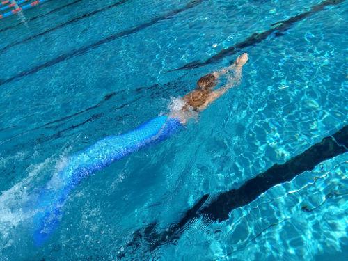 Durchs Wasser gleiten, wie eine Meerjungfrau - TeenEvent