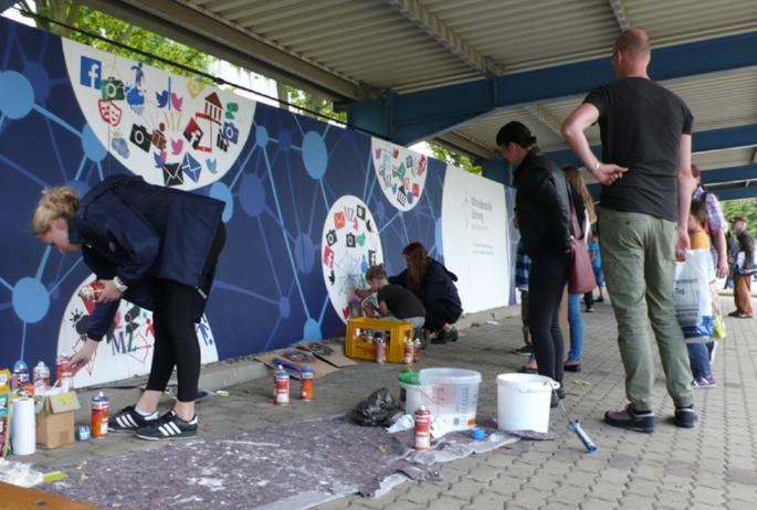 Graffiti Event Malerei als Live-Show: Faszination pur für Ihrer Gäste, wenn während Ihrer Jubiläumsparty oder Firmenmesse ein großes Wandbild entsteht und jeder den spannenden Entstehungsprozess live verfolgen und mitgestalten kann.